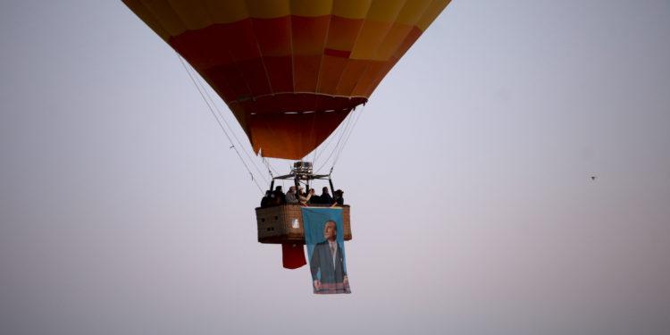 Kapadokya'da balonlar Atatürk posterleriyle uçtu