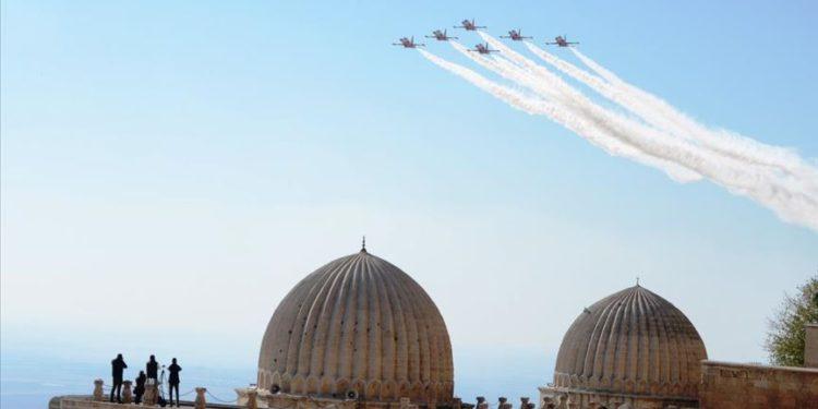 'Türk Yıldızları' Mardin semalarında gösteri uçuşu yaptı