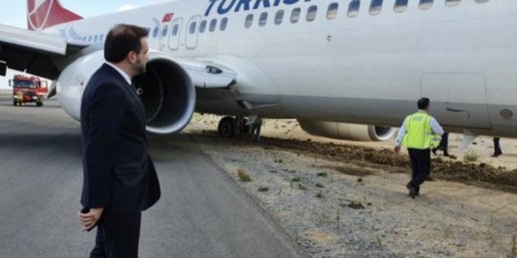 THY uçağı pilotaj hatası nedeniyle toprağa saplanmış