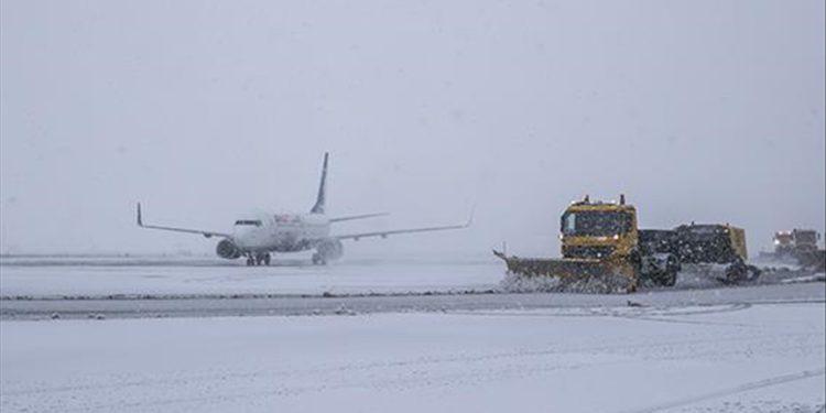 Ankara Esenboğa Havalimanı'nda kar yağışı için önlemler alındı